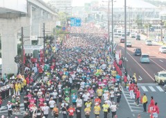 The start of Naha Marathon is nothing less than impressive as 25,000 runners take on the course from Meijibashi bridge on Highway 58 outside Onoyama Park in Naha.