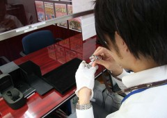 Daikokuya Branch Manager Shingyo Matayoshi checks a watch for evaluation.