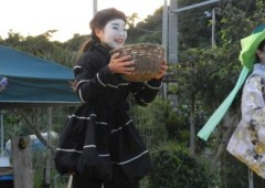The main point of the acclaimed theater troupe Rakuichi Rakuza is that they perform in open spaces without roof or walls.