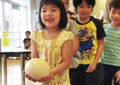 In last year's anniversary event children visiting the Wonder Museum became familiar with an ostrich egg that really is a handful of wonder.