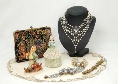 Antique jewelry and other items from the Victorian era England will be on exhibit and sale at Ryubo Department Store in Naha starting Tuesday.