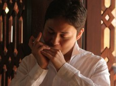 Sachito Higa from Urasoe is regarded as one of the best harmonica players in Japan.