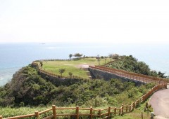 Nanjo City has a long coastline along the Pacific side of Okinawa, and has many sightseeing spots offering gorgeous views over the ocean from high cliffs, like this Cape Chinen Park, not to mention excellent sandy beaches dotting the shoreline.