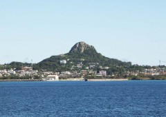 Mt. Gusuku - locally known as Iejima Tacchu - is the most notable landmark on Ie Island. A narrow - and very steep - path leads to the top of the 172.2-meter-high hill, from where one can enjoy a superb view of the entire island and Motobu peninsula across the strait.