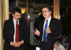 Italian Vice Consul Giuseppe Semenza (right) and Marco Massetani of Okinawa Italian Culture Club address the exchange party at Restaurant Grand Blue.