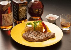 A highest-class American prime rib steak accompanied with a shot of bourbon whiskey and American draft beer makes the renaissance Cowboy night just right.
