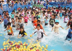 Kids have their share of fun in the Unna Festival wading pool grabbing fish and fruit.