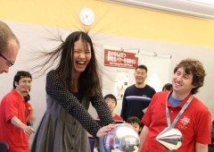 An OIST visitor experiences the effects of static electricity.
