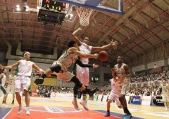 Narito Namizato passing the ball to Kibwe Trim under Oita's hoop on Saturday.