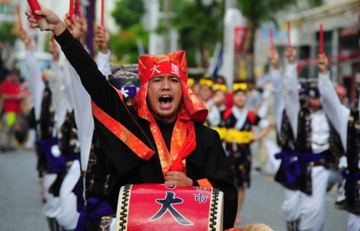 Thousands of Eisa dancers representing about 70 Eisa groups from vatious parts of the island plus some 1,000 others who just want to join will parade along Kokusai Street in Naha in the annual 10000-dancer Eisa on August 2.