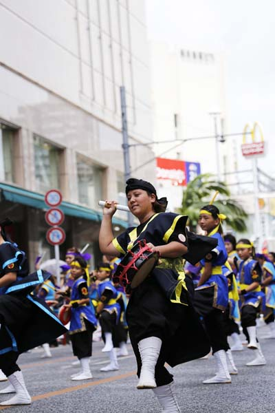 The parade proceed the whole length of the Kokusai Street starting from Saion Square and ending at Ryubo.
