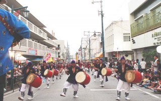 The participating Eisa groups perform on Shinmachi Street.