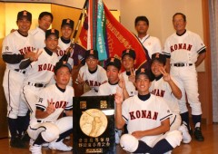 Konan High School baseball team after winning the National Summer Champioship title in 2010. The team's coach Masaru Gakiya is standing on right.