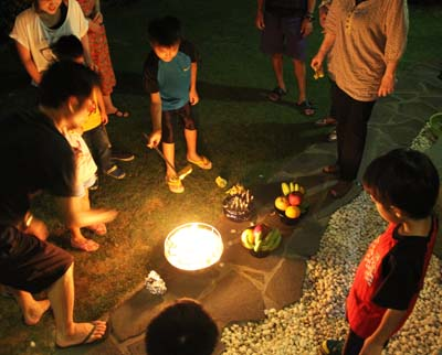 Uchikabi, money for ancestors' spirits, is burned on the last day of Obon.