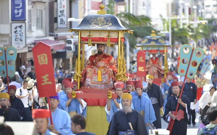 The royal procession along the Kokusai Street takes place on Sunday afternoon.
