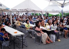 Visitors enjoy the program and awamori in last year' festival.