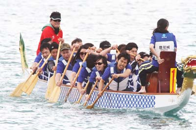 Dragon Boat races off Chatan Fisherena are included in the Okinawa Corporate Games.