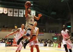 Shigeyuki Kinjo shows his offense.
