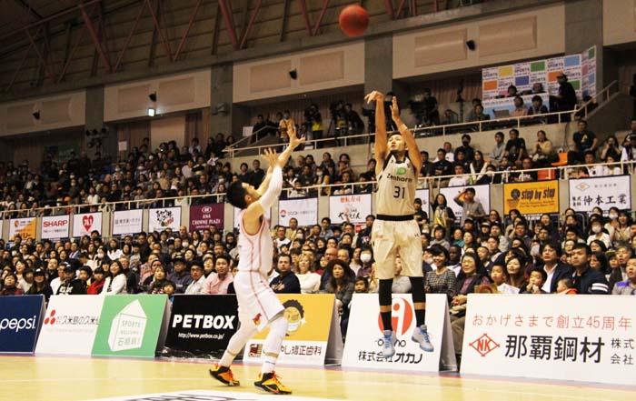 Shuhei Kitagawa (#31) launches a shot.
