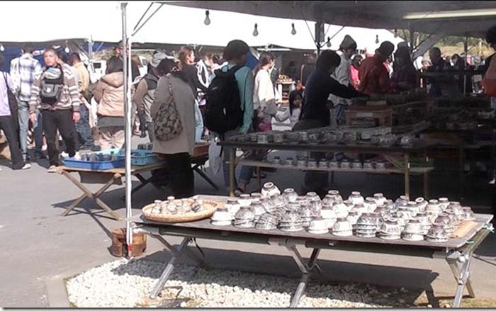 The 2-day pottery fair at Yomitan farmers' market Yunta Ichiba is the largest event of its kind with over 20,000 visitors expected to come hunt for bargains.