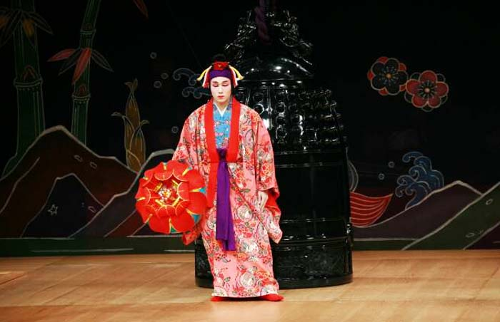 Shigeo Miyagi, a master of Kumiodori who often plays female roles, conducts the Engllish language workshop this Saturday in Naha aiming to take some mystery out of Okinawan Kumiodori.