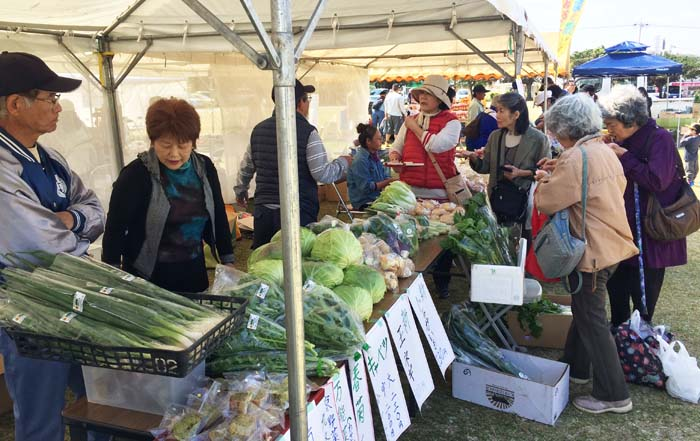Farmers themselves bring their organically grown vegetables for sale at Nuchigusui Festa.
