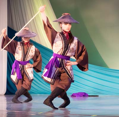 The show includes elements of 'zatsu odori' Ryukyu dance that depicts everyday life.