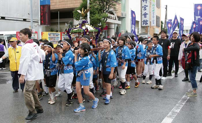 The highlight of the festival is a parade of 'Mikoshi' shrine from Naminoue to Kumoji.