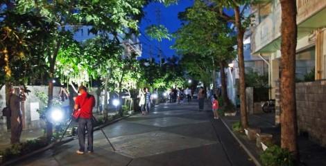 People take photos of sagaribana at Sakiyama in Shuri.