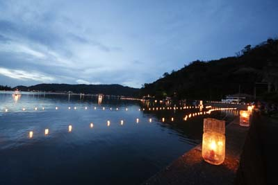 4,000 lanterns decorate the shoreline of Shioya Bay.
