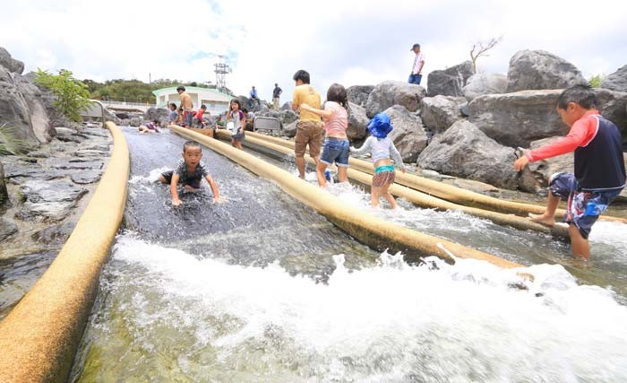 Taiho Dam has a pubic park with artificial rovers and rapids for children to play.