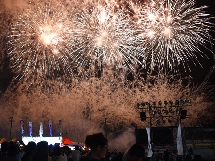 Itoman Furusato Festival ends with a bang as 1500 fireworks are sent to the skies.