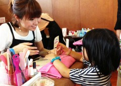 Nailist is a dream job for many a little girl, and now they have a chance to try it for real at the Itoman Children's Festival.