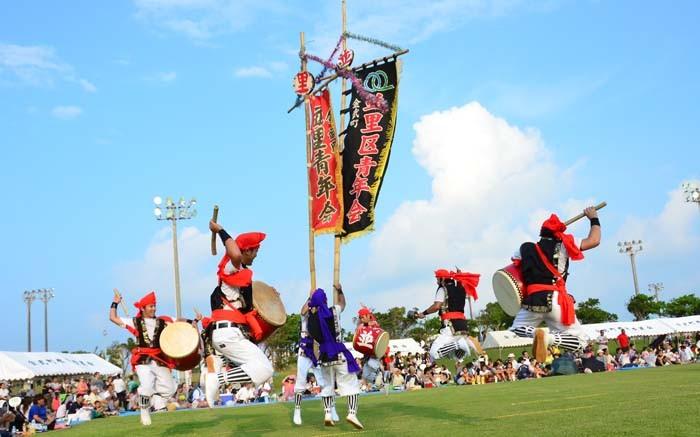 Namizato Youth Eisa Group performing around a hatagashira pole.