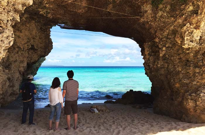 A natural tunnel leading to the ocean is the landmark of Sunayama Beach.