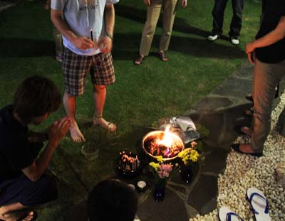 Burning 'uchikabi' money for spirits to use in the spirit world after obon.