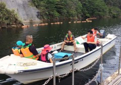 Free boat tours are an excellent way to see the dam and the lush nature surrounding it.