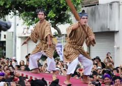 Itoman Tug-of-War features plenty of characters dressed  in traditional clothes for the occasion.