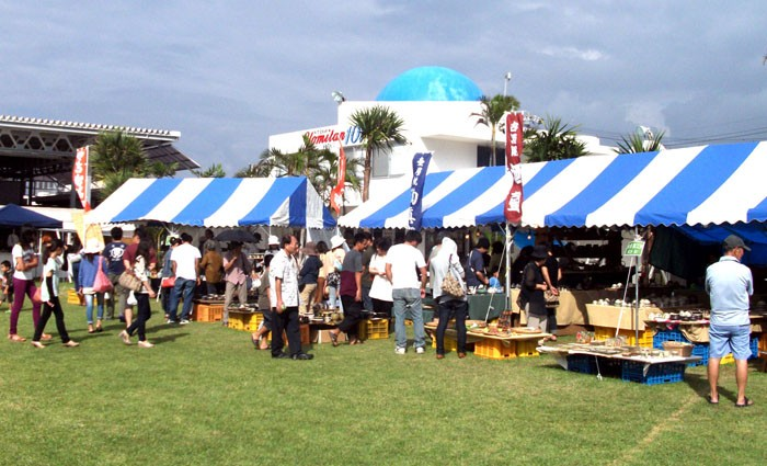 Yomitan Yachimun Market has more than two dozen local pottery and glass makers exhibiting their products this weekend.