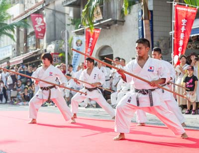 After the record performance, various karate groups will demonstrate their skills in front of Tembus Hall on Kokusai Street.