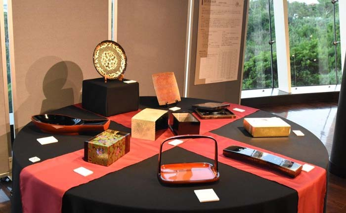 Plates, trays and containers are usual lacquerware pieces.