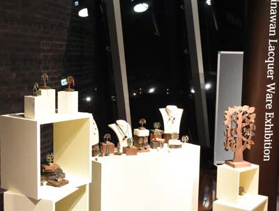 The exhibition also has lacquerware decorations and jewelry.
