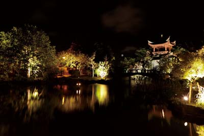 The atmosphere inside Fukushuen is peaceful and almost romantic.