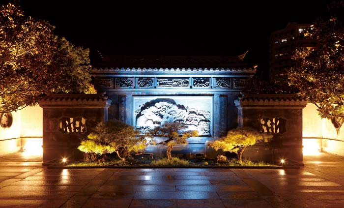 Fukushuen main gate was lit up Friday to welcome visitors to its year-end illumination.