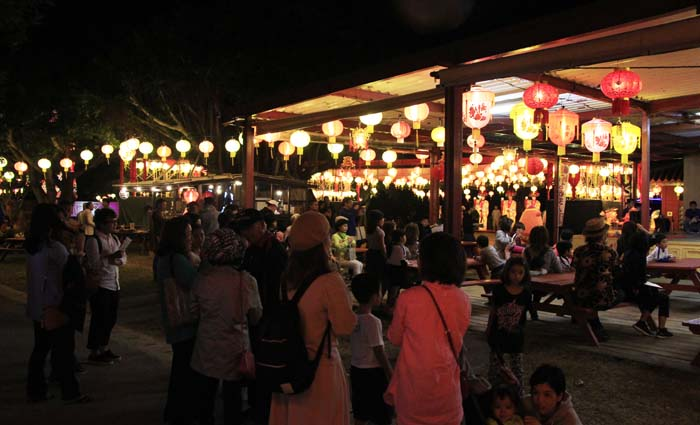 Food and drink stalls are open on weekends.