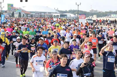 Before the start, all 30,000 participants gather in the Onoyama Park before crossing the stating line on Meiji Bridge.