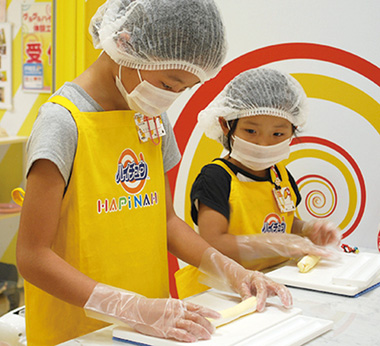 Daily workshops teach how to make 'Hai-chu' and 'Bakauke-osenbei' rice crackers.
