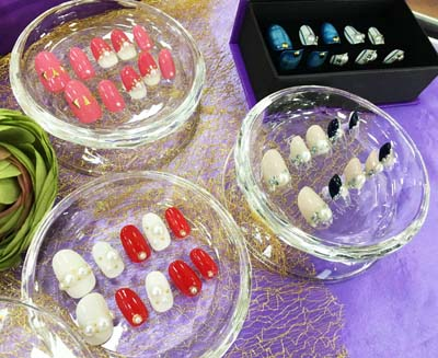 Nails sets made to fit customers' fingers that can be taken off or put in place as needed are available at JEWNEList.