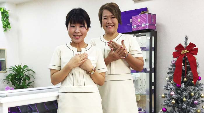 Shop owner Yaeko Gushi (right) and her daughter at JEWNEList Okinawa shop in Kohagura, Naha, where they offer reusable nail chips starting from ¥17,000.