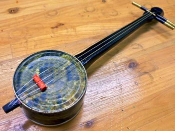 The cafe can teach you how to make your own kankara sanshin.